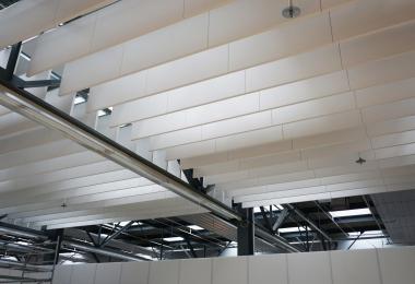 Ecophon Solo Baffels opgehangen aan een vrijhangend primair systeem
