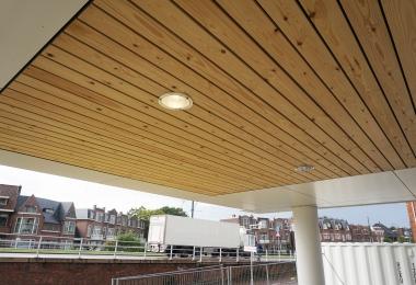 Houten latten plafond ter plaatse van de entree welke doorloopt naar buiten