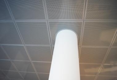 Stalen kasetten plafond Durlum verdekt en RAL 9006 perforatie L15