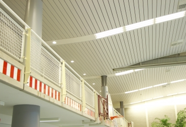 NE lamellen staal 200 mm balvast in RAL 9002 in verband met betere zichtbaarheid van de shuttles en ballen
