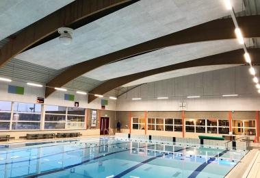 Wandbekleding met Heradesign plafondpanelen in combinatie met plafondpanelen die in de kleuren van de Gemeente Westland zijn gespoten